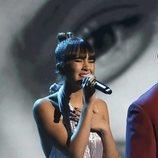 Aitana con look plateado durante su actuación con Alejandro Sanz en los Grammy Latino 2019