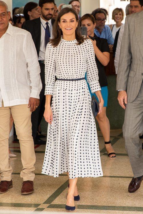 La Reina Letizia con vestido de Massimo Duti durante su Viaje Oficial en La Habana