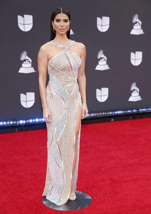 Roselyn Sánchez con vestido plateado en la alfombra roja de los Grammy Latino 2019
