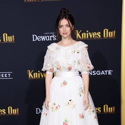 Ana de Armas con vestido blanco en la premiere de 'Knives out'