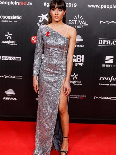 Aitana con vestido largo brillante asimétricode Rocío Osorno en la gala People in Red 2019