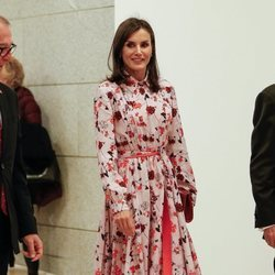 La Reina Letizia con vestido floral de Hugo Boss en el Rastrillo solidario Nuevo Futuro