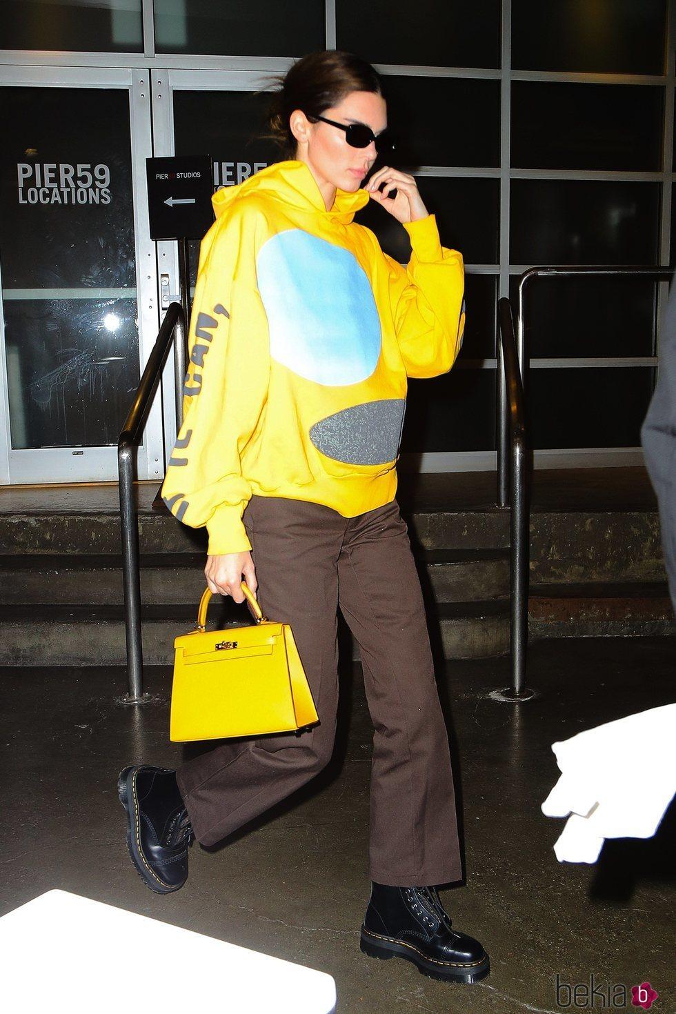 Kendall Jenner con una sudadera amarilla en la ciudad de Nueva York
