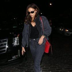 Irina Shayk con look denim por Nueva York