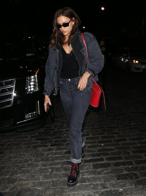 Irina Shayk con look denim por Nueva York