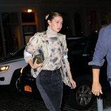 Gigi Hadid con look tie-dye por las calles de Nueva York