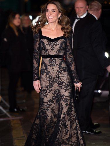 Kate Middleton con un vestido largo de encaje en la Royal Variety Performance 2019
