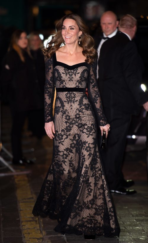 Kate Middleton con un vestido largo de encaje en la Royal Variety Performance 2019