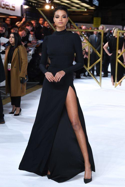 Ella Balinska con un vestido largo negro en la premiere de 'Los ángeles de Charlie' en Londres