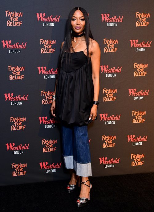 Naomi Campbell con blusa negra en la alfombra roja de 'Fashion for Relief' 2019