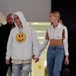 Hailey Bieber con top blanco justo a Justin Bieber de cena por Miami