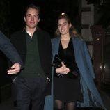 Beatriz de York con abrigo azul y vestido negro de cena en Londres