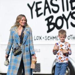 Hilary Duff con abrigo de cuadros junto a su hijo en Los Ángeles