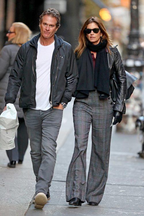 Cindy Crawford junto a Rande Gerber con pantalones campana en Nueva York