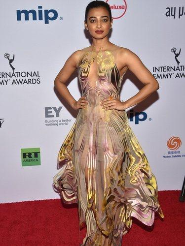 Radhika Apte con vestido transparente en la alfombra roja de los Emmy 2019