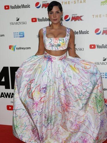 Halsey con un dos piezas blanco en los Premios ARIA 2019