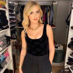 Chiara Ferragni con chándal negro y body de Chanel en su vestidor