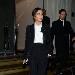 Victoria Beckham con un dos piezas negro en Londres