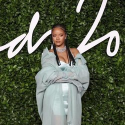 Rihanna con vestido azul turquesa en los British Fashion Awards 2019