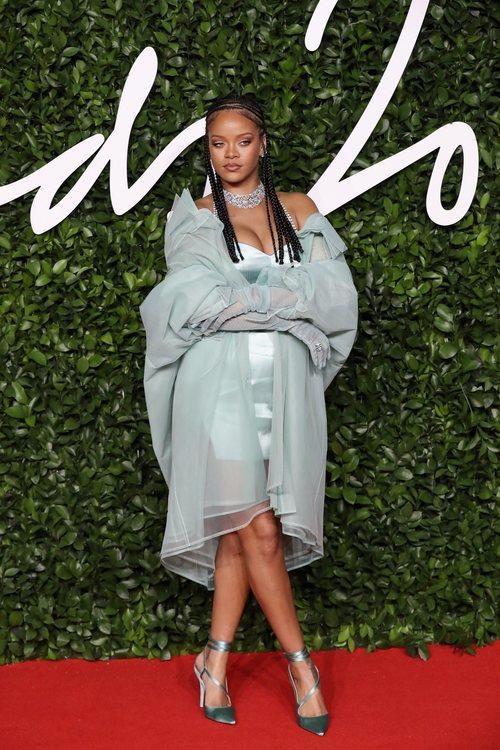 Rihanna con vestido azul turquesa en los British Fashion Awards 2019