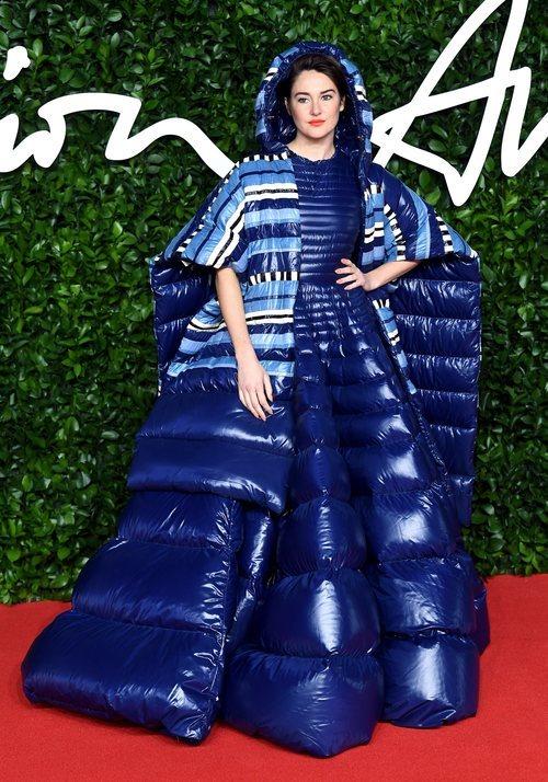 Shailene Woodley con vestido azul acolchado en los British Fashion Awards 2019