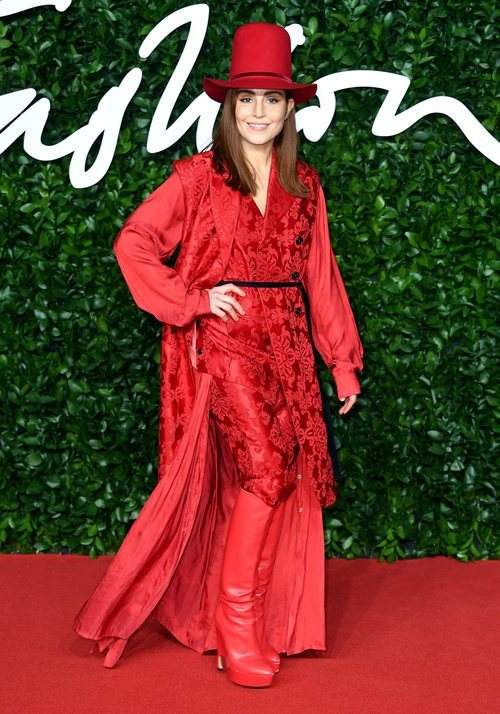 Noomi Rapace con dos piezas rojo y gorro a juego en los British Fashion Awards 2019