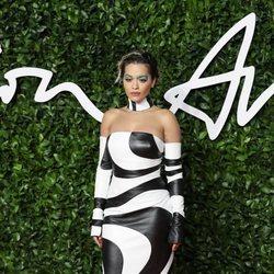 Rita Ora con vestido blanco y negro en palabra de honor en los British Fashion Awards 2019