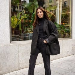 Gala González con un total look negro por las calles de Madrid