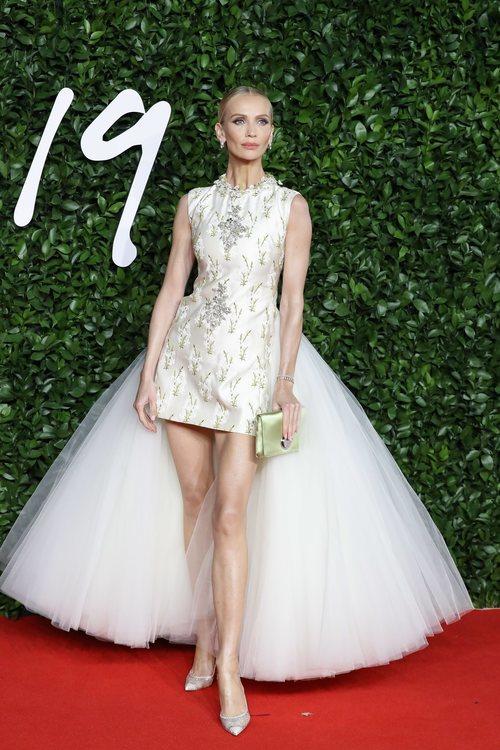 Tatiana Korsakova con vestido blanco con cola de tul en los British Fashion Awards 2019