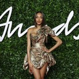 Jourdan Dunn con vestido corto metalizado en los British Fashion Awards 2019