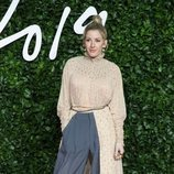 Ellie Goulding con blusa rosa palo con abertura frontal en los British Fashion Awards 2019