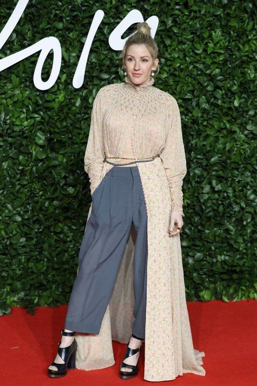 Ellie Goulding con blusa rosa palo con abertura frontal en los British Fashion Awards 2019