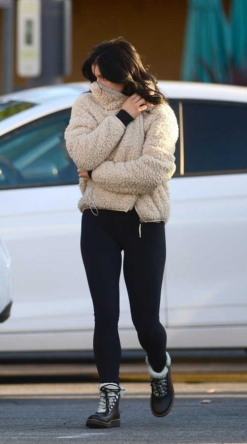 Ariel Winter apuesta por el borrego en abrigo y botas para salir de compras por Los Ángeles