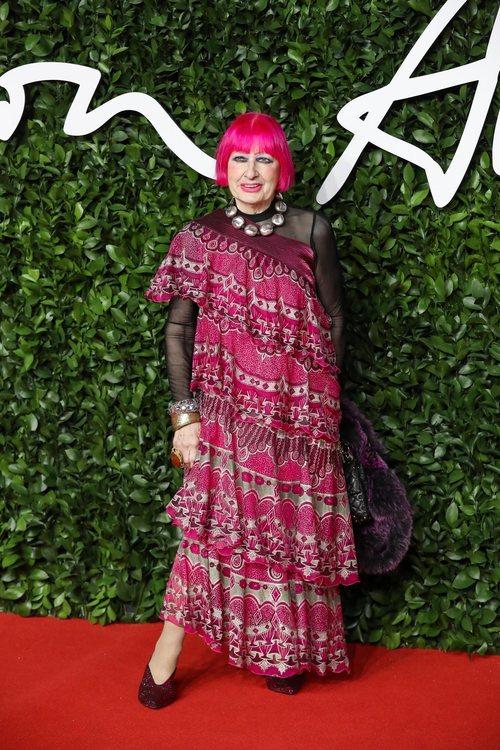 Sandra Rhodes con vestido de mandalas rosa en los British Fashion Awards 2019
