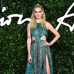 Chiara Ferragni con vestido estampado y abertura lateral  en los British Fashion Awards 2019