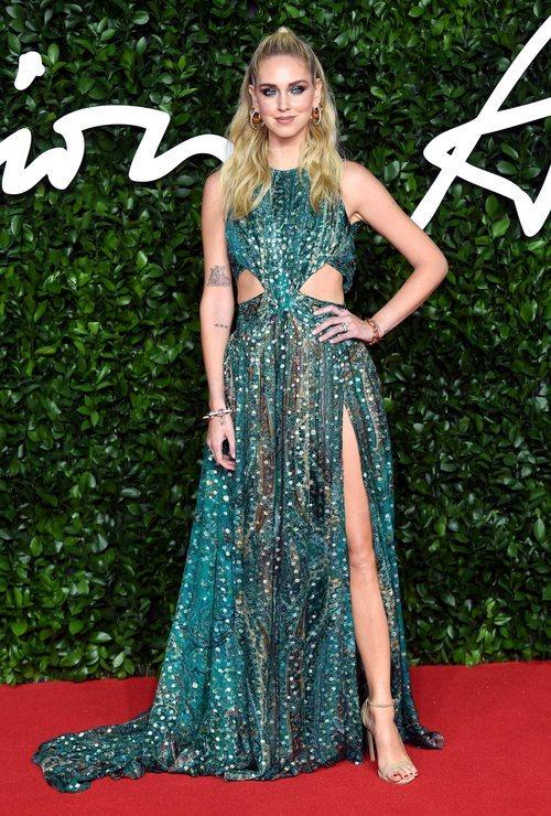 Chiara Ferragni con vestido estampado y abertura lateral  en los British Fashion Awards 2019