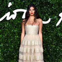 Sara Sampaio con vestido de transparencias color beige en los British Fashion Awards 2019