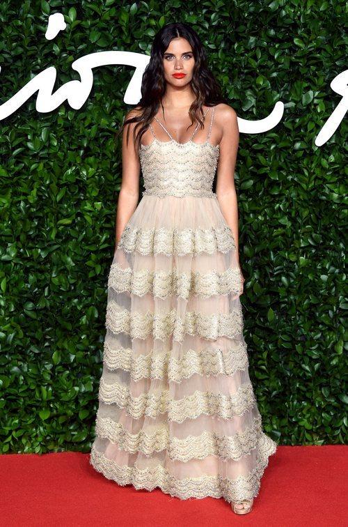 Sara Sampaio con vestido de transparencias color beige en los British Fashion Awards 2019