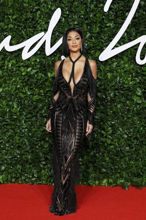 Nicole Scherzinger con vestido negro y aberturas en los British Fashion Awards 2019