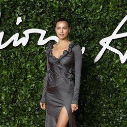Irina Shayk con vestido gris y abertura en los British Fashion Awards 2019