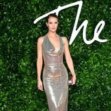 Rosie Huntington-Whiteley con vestido plateado y escote  en los British Fashion Awards 2019