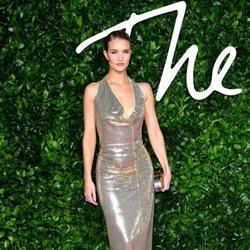 Rosie Huntington-Whiteley con vestido plateado y escote  en los British Fashion Awards 2019