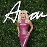 Donatella Versace con vestido efecto corpiño fucsia en los British Fashion Awards 2019