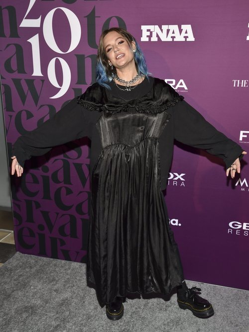 To Love con un vestido túnica negro en los N Achievement Awards 2019