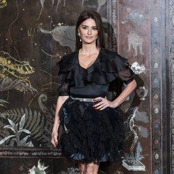 Penélope Cruz con vestido negro en el desfile de Chanel Metiers en París 2019