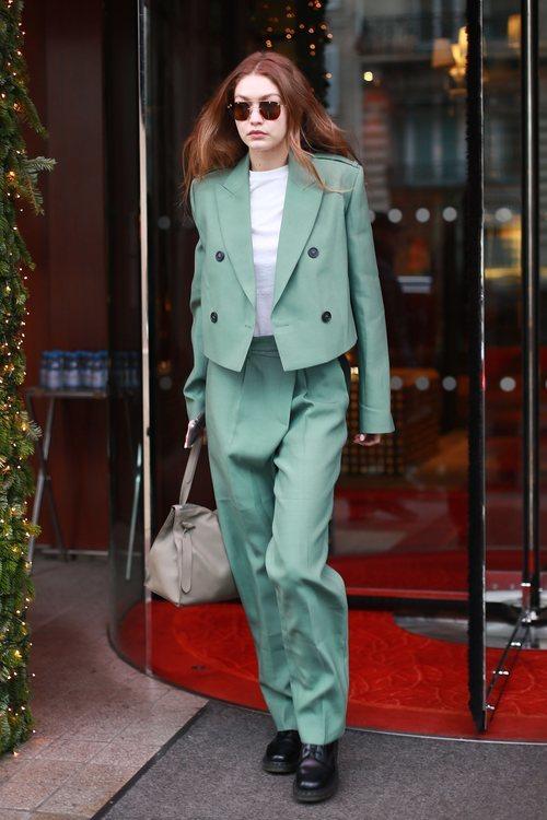Gigi Hadid con un dos piezas color pistacho en Nueva York