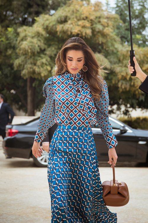 Rania de Jordania con un dos piezas estampado geométrico en el QRAEE 2019