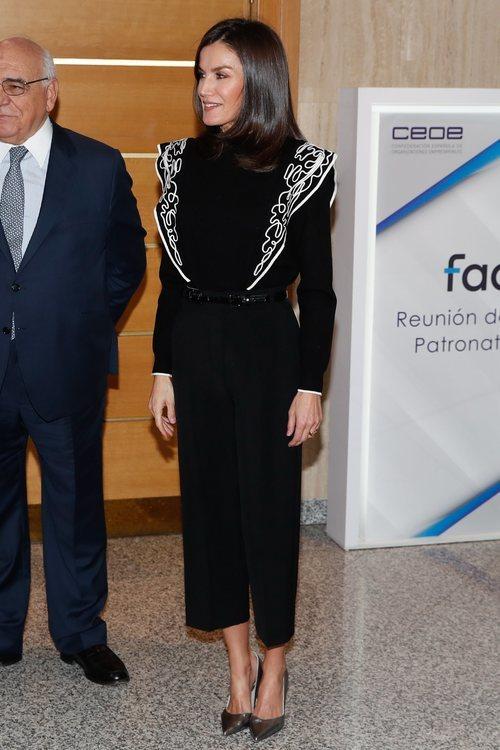 La Reina Letizia con un jersey de Urterqüe en la reunión del Patronato de la Fundación de Ayudan contra la Drogadicción 2019