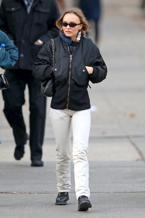 Lily-Rose Depp con un look casual caminando por las calles de Nueva York
