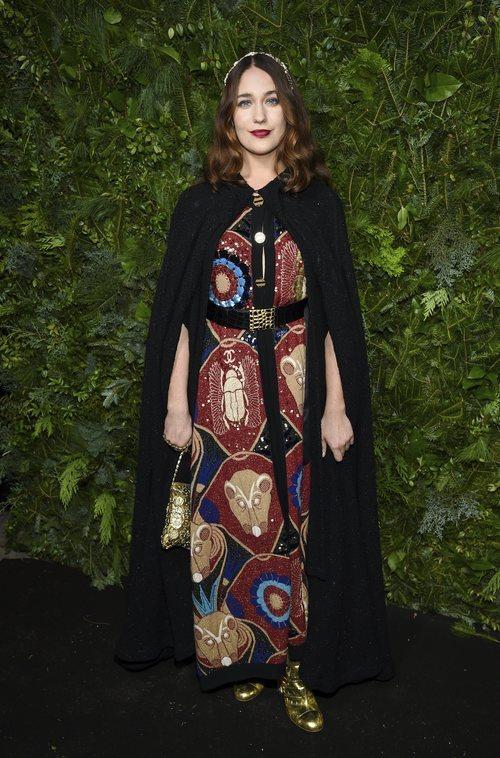 Lola Kirke con un vestido estampado egipcio de Chanel en un evento de Chanel nº5